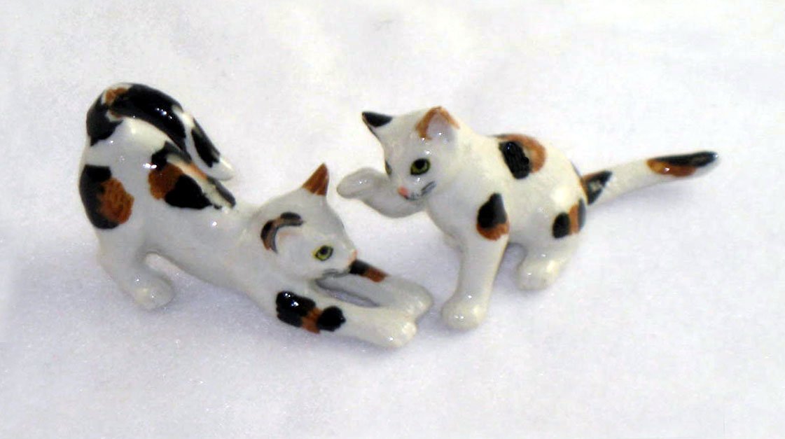 CAT CALICO Pair Playing 1 Stretches 1 w/raised paw New MINIATURE Figurine Porcelain KLIMA L172
