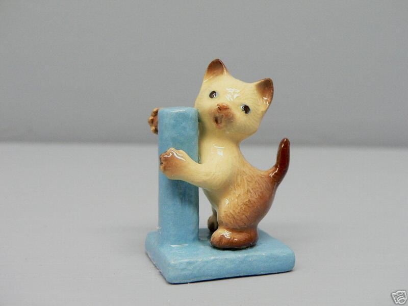 SIAMESE Cat Kitten on Scratching Post Hagen Renaker MINI 3089