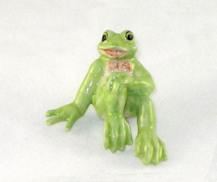 FUNNY FROG w/Hand on Knee New MINIATURE Figurine Porcelain KLIMA K355A2